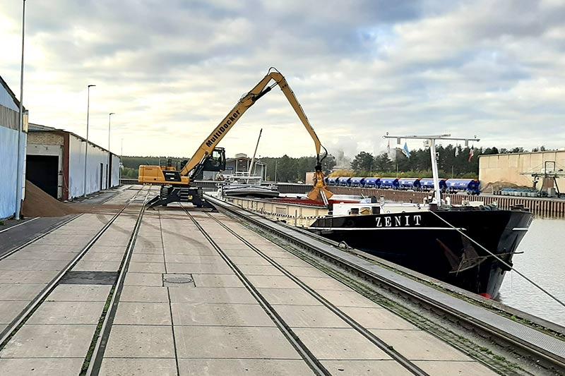 link-luebeburg-schiff-entladen-01