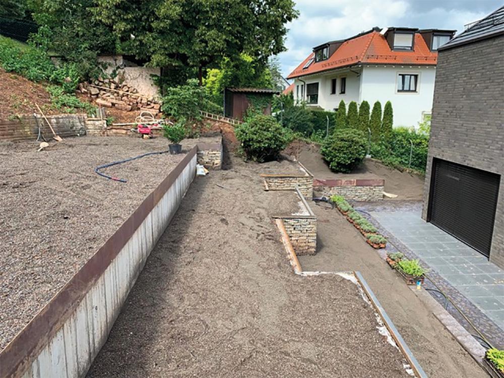 Pflanzenbeet mit Universalpflanzerde in Stuttgart